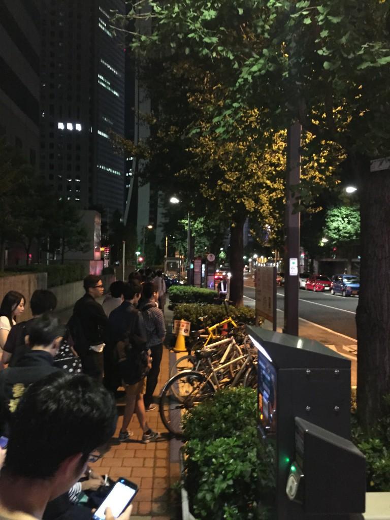 バスを待つ
